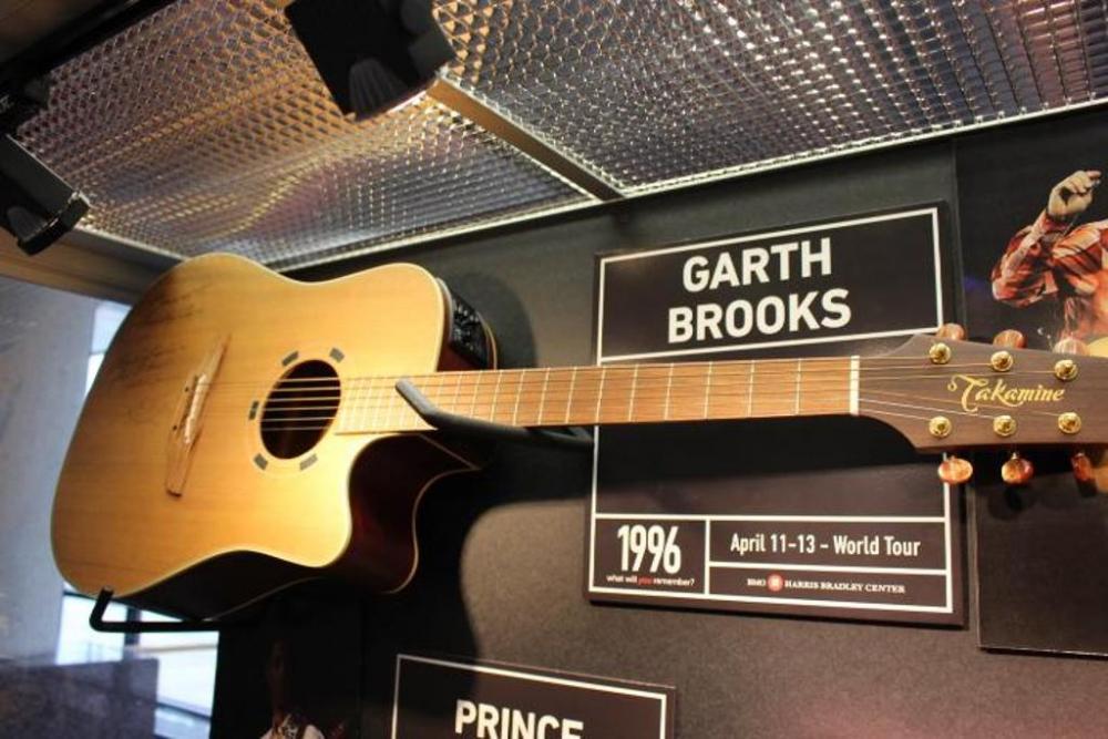 Visa Credit Card Login >> Garth Brooks Guitar, Autographed, 1996 Concert, with Case, SN: 95051266 - Current price: $1575